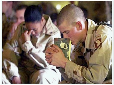 iraq-soldiers-pray